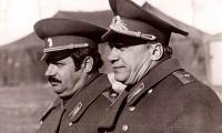 Генерал майор И. Ф. Рябченко, командир гвардейской Краснознамённой, ордена Кутузова II степени 103 ВДД (слева)