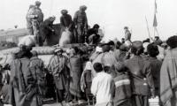 Оказание безвозмездной помощи жителям кишлака провинции Парван совместно с агитационно-пропагандистским взводом саперного полка СА. 1987 г.